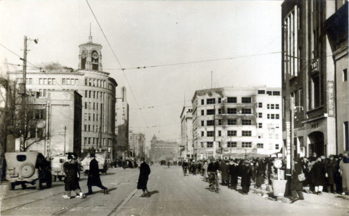 Ginza Crossing, c. 1945, looking northwest toward Kyobashi. The Wako department store is left; the burned-out shell of the Mitsukoshi Ginza department store is right. The Dai-Ichi Sogo building is in the distance.